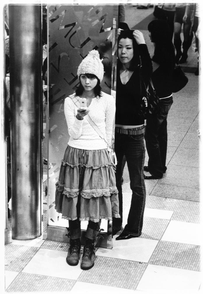 fille-metro-adossée