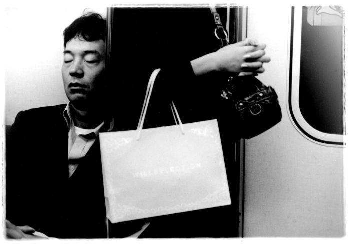tokyo metro portrait homme qui dort
