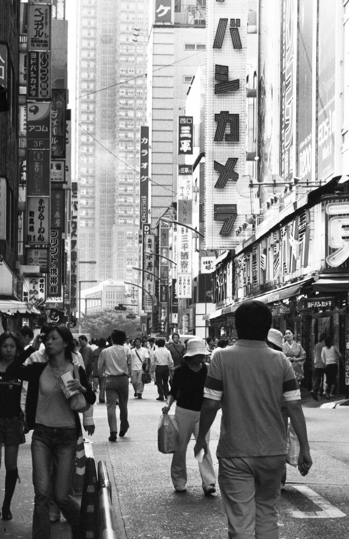 tokyo-street-buildings-people